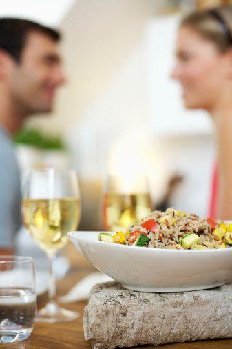 Yemek:   İşte birbirinizi daha iyi tanımak ve bir dahaki buluşmayı garantileyecek bir ortam. Eğer onu gerçekten etkilemek ve senden başka bir şey düşünmesini istemiyorsan, mutlaka sakin ama romantik bir yere gitmenizde fayda var. Sınıf arkadaşlarının akınına uğrayan, gürültülü patırtılı yerler, ilk buluşma için hiç de uygun sayılmaz. Gelelim yemek anında yapman gerekenlere... Garson mönüyü getirdiğinde, uzun uzun inceleyip, bütün listeyi tek tek anlatmasını istersen, baştan şansının kaybolduğunu söyleyelim. Senin kararsız ve sıkıcı biri olduğunu düşünmesini istemezsin öyle değil mi? Göz ucuyla mönüye şöyle bir bakıp, kendinden emin ve cool bir tavırla, daha önce hiç tatmamış bile olsan bir yemek iste. Ne kadar aç olursan ol, yemeğini ağır ağır yemeye özen göster.